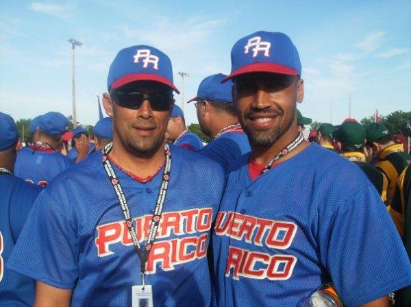 Rikchy Borrero (der) de Peñuelas será galardonado como MVP del torneo de Sóftbol Superior Masculino 2011